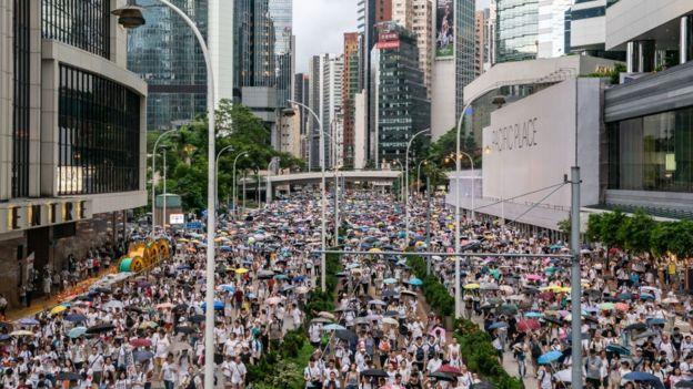 Demonstrasi pada Minggu (09/06) disebut-sebut sebagai aksi massa terbesar sejak 1989.